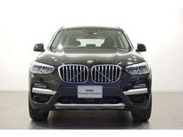 ボンネットの集中線に先にあるものは、BMWのシンボルともいえるキドニーグリルです。