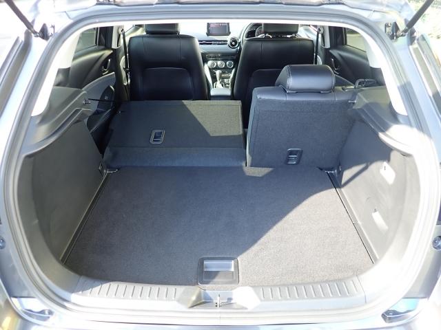 サブトランクと合わせ容量350Lのラゲッジルームです。下段のサブトランクにはカー用品などの小物を収納出来ます。6:4の分割可倒式シートですのでお荷物に合わせてお使いになれます。