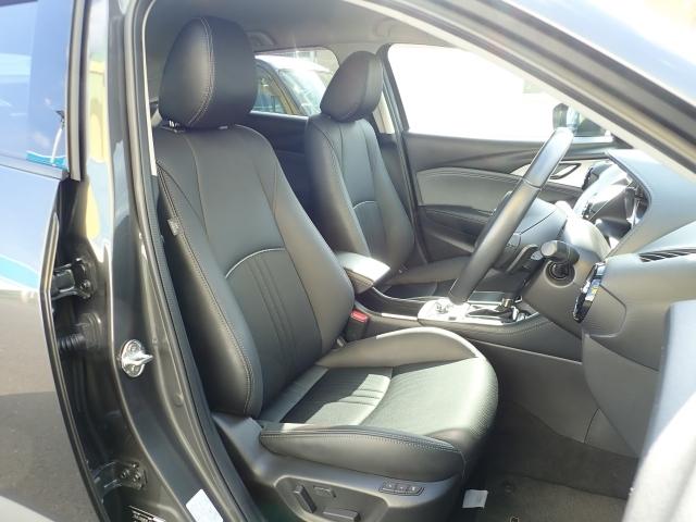 シート全体で包み込まれるような心地よいフィット感を実現。長時間のドライブでも正しいドライブポジションを保ちやすく、疲れにくいシートになっています。