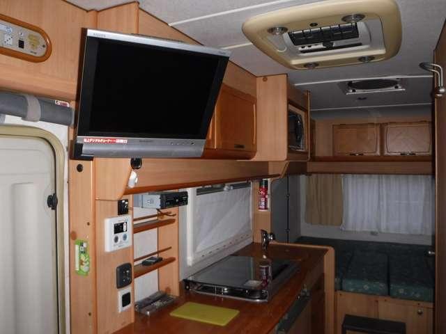 大型液晶TV装備!!下部は、「キッチンカウンター」となり、カウンターの上部は、ガスレンジ&シンクパンで、下部は、冷蔵庫&ガスヒーター&各収納スペースとなります!!
