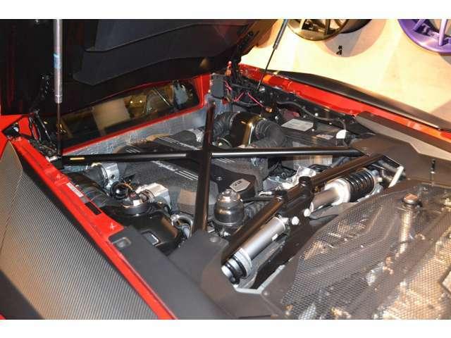 552kW/750パワーを発揮する6.5LV型12気筒エンジンを搭載しております! カーボンファイバーを多用したボディは従来のクーペより50kgの重量軽減を実現しています!