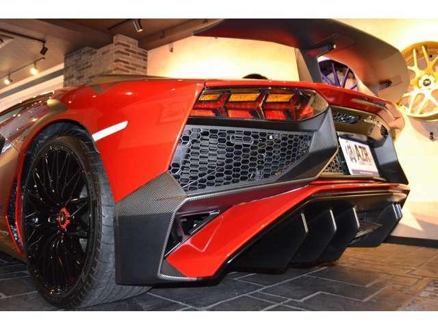 エクステリアにも、カーボンファイバー(マットカーボン)がふんだんに使われており、リアディフーザーやリアバンパーなどもカーボン素材となっております!
