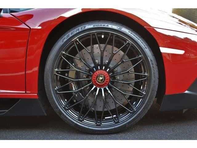 ホイールは、純正ブラックペイント仕上げのセンターロックホイールとなります! タイヤは、ピレリ! サイズは、Fr255/30ZR20 Rr355/25ZR21 となっております!