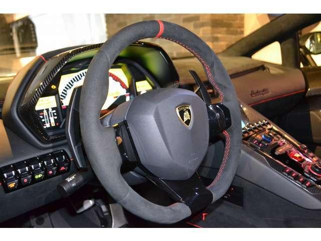 ステアリングは、アルカンターラステアリングになっております! 運転する方が、運転しやすいようなデザインとなっております!