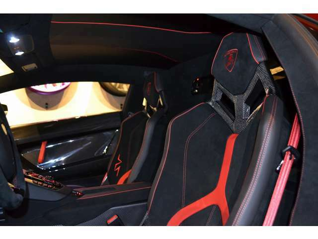 シートは、バケットシートになっており、SV専用のデザインに、ヘッドレストには刺繍が施されております!