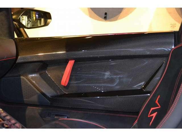 ドアインナー部分もカーボンファイバー素材となっております! インテリアに使われているカーボンは、艶があるカーボンファイバー素材です!