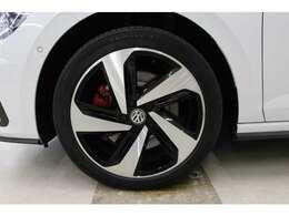 ミシュラン「プレマシー3」を装着。タイヤサイズは、フロント・リア共に215/45R17   レッドブレーキキャリパー&17インチアルミホイールを装着。高いデザイン性と品質で、足元からおしゃれに彩ります。