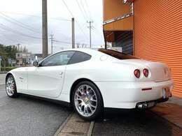 ボディーカラーはフェラーリ人気のホワイトカラー、ビアンコアヴスです!