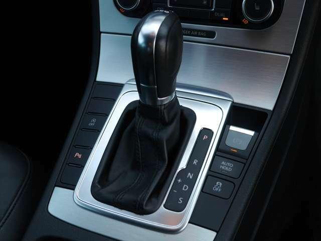 電動パーキングブレーキ、アイドリングストップ、7速DSG、マニュアルモード装備。