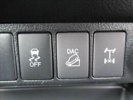 ダウンヒルアシストコントロール装備。通常では走行しにくい路面(悪路・雪道などの下り坂)でもスムーズに運転が可能。デフロックも装備。
