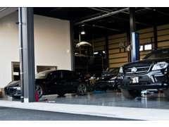 経験豊富なメカニックスタッフと最新設備の自社工場を完備
