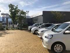 U-Car展示場は、店舗入り口より東側にございます。お気軽にゆっくりとご覧くださいませ。