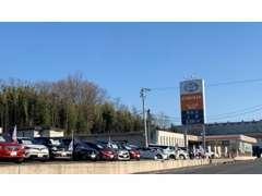 U-Car展示場は、道路沿いにございます。お気軽にゆっくりとご覧くださいませ。
