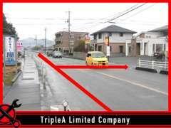 最寄交差点の風景です!左手に「車のそうじ屋 キイヨ」様、左手に「MODE ONE」様が見える交差点を左折です♪
