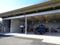 大型トラックまで対応できる認証整備工場も完備しております。当店の国家整備士がお客様に安全をお届けいたします。