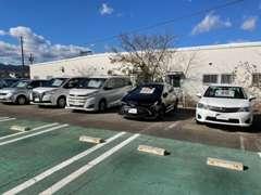 U-Car展示場は、お客様駐車場の後方にございます。お気軽にゆっくりとご覧くださいませ。