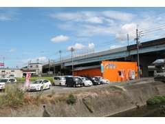 松山市、小坂交差点の高架下にございます。鮮やかなオレンジ色の建物が目印です。