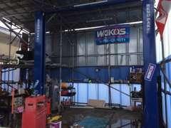 自社整備工場も完備!二柱リフトもございますので、オイル交換などの軽整備でもお気軽にお越しください!