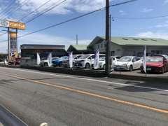 U-Car展示場は道路沿いに展示場がございます。お気軽にゆっくりとご覧くださいませ。