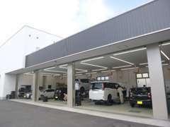 自社整備工場を完備していますので、お車のメンテナンスはお任せくださいませ。