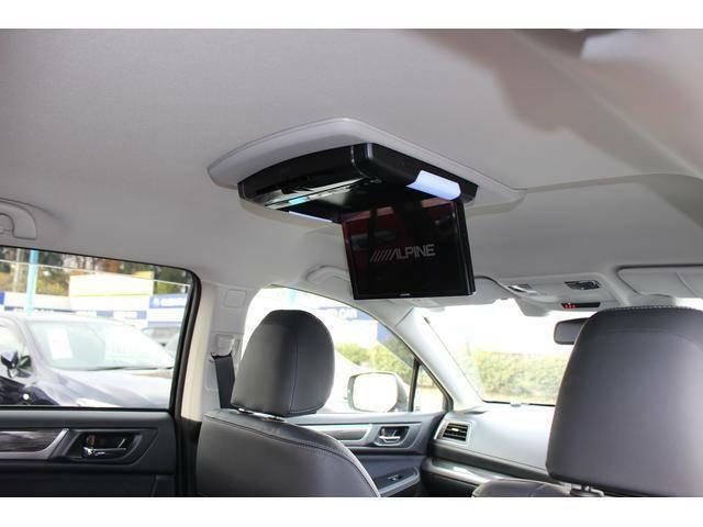 後席の人に渋滞中でも退屈知らずな映像ソースを提供する後席モニター♪