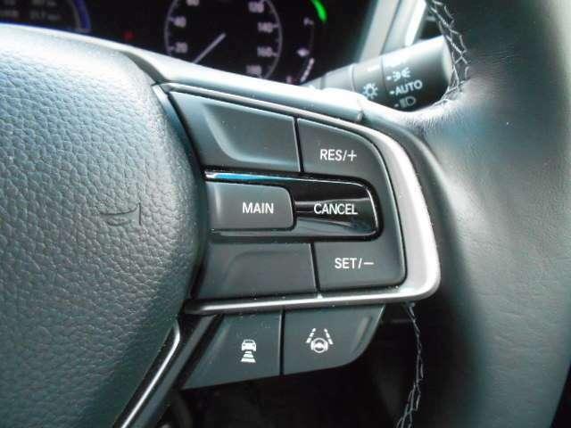ハンドルの右側にあるボタンがアダクティブクルーズコントロールです。アクセルペダルを踏まずに定速走行。燃費向上、高速走行がグッと快適になります。