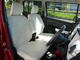 室内に合わせて運転席・助手席共にシートが白で統一(^_-)-☆