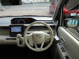 シンプルだけど、使っていて飽きの来ない運転席周りです。