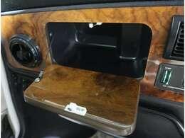 ●助手席前の収納ボックス♪木目調のパネルがお洒落です!デザイン性、実用性どちらも兼ね揃えたお車ですよ♪