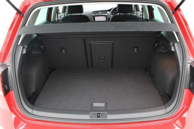 トランクルームリヤシートは60:40に分割可倒が可能です。長いもを積むにも便利な設計がされています。