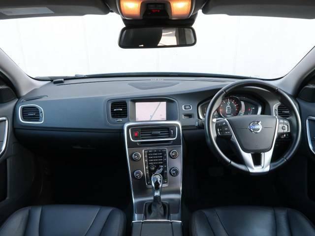 2014年モデルV60 T4 SEをご紹介。パワーブルーメタリックの爽やかなボディカラーとブラックを基調としたインテリアが魅力的なお車でございます。内外装ともに状態も良好。是非ご覧にお越しください。