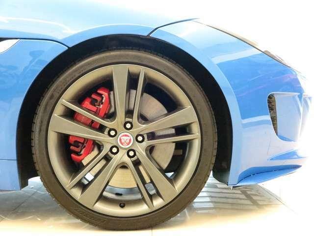 20インチアロイホイール「大口径の20インチは引き締まった足元を演出しボディカラーと相性がよく全体のバランスを整えてくれます。」