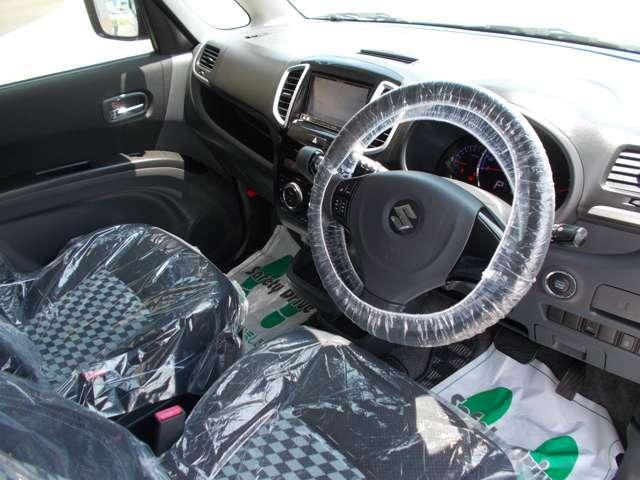 黒を基調とした落ち着いた車内。