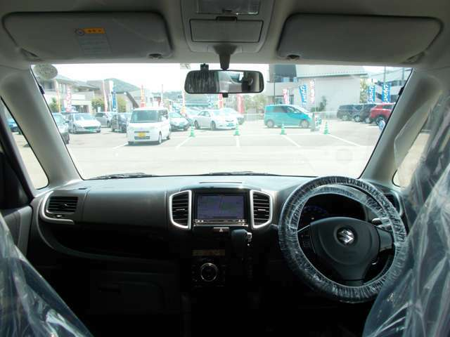 フロントガラスも大きく、開放感があり明るい運転席です♪