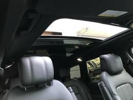 オプションのスライディングパノラミックガラスルーフ。この装備があるだけで室内の解放感が上がり素敵なドライブを存分にお楽しみいただけます。