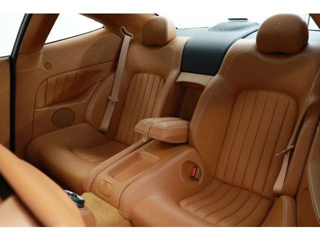 後席の使用感も少なくキレイなコンディションを保っております。