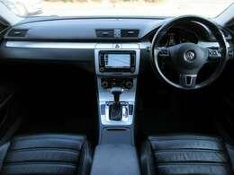 本革電動シートが装備されております♪シートヒーター付です♪内装はブラックを基調としたシックで落ち着いた雰囲気の車内になっております♪パネル類にも目立つキズや汚れ等も無くとてもキレイな状態です♪