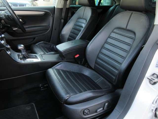 運転席と助手席の本革シートには目立つ擦れやキズ等もなくキレイな状態です♪助手席も電動シートになっております♪シートのクッション性も良く座り心地も良好です♪