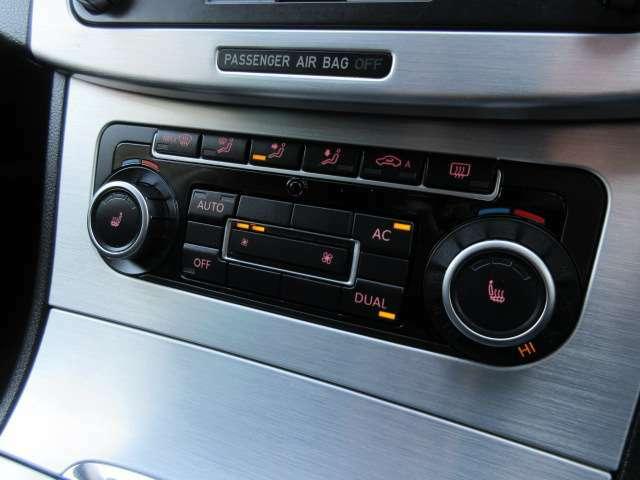 Bプラン画像:シートヒーターのスイッチはダイヤル中央にございます♪エアコンは左右独立型になっており運転席と助手席で別々の温度設定が可能です♪パネルやスイッチ類には汚れやキズ等も少なくキレイな状態です♪