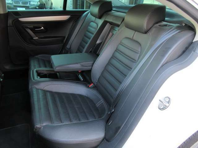 後部座席のシートは座面も大きく座り心地も良好です♪肘掛けも装備されておりますので後席にお乗りになられる方もリラックスしてお座り頂けます♪