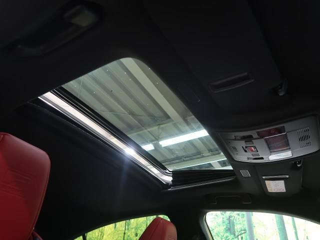 【ムーンルーフ】ボタンひとつで開閉可能!開放感たっぷりのサンルーフが装着されています!車内に明かりを取り入れたり景色を楽しむ以外にも、よどみがちな車内の空気も簡単に換気できて快適です!