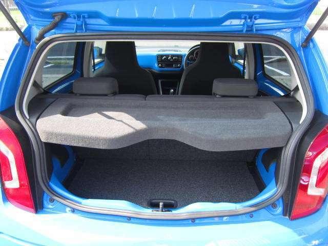車内も清掃済みで、とても清潔感があります。輸入車独特の香りをお楽しみください!!
