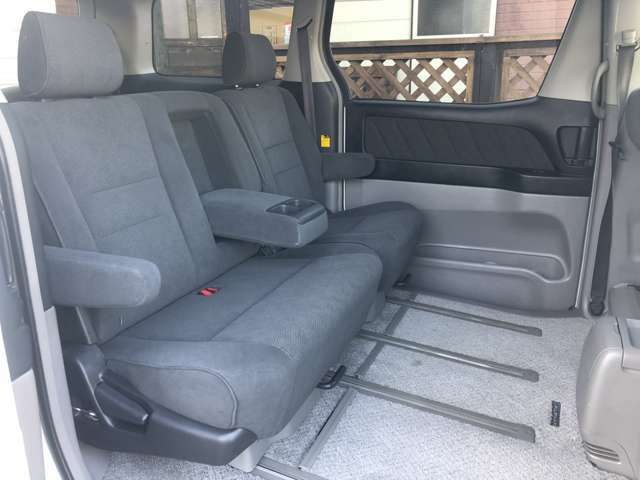 後部席のシートはご覧の通りとてもキレイな状態です♪大人の方が乗っても十分なゆとりのある窮屈間の無い座席になっています♪シートアレンジも豊富で利便性に優れております♪
