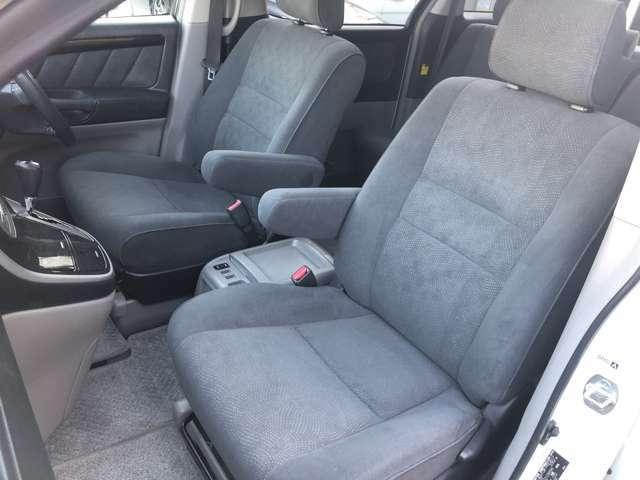 背中を包み込むような大きくカーブした座席になっており、ゆったりと乗車する事が出来ます♪広々とした室内となっておりますので長時間の乗車でも疲れにくい車両となっております♪室内収納も豊富で◎♪