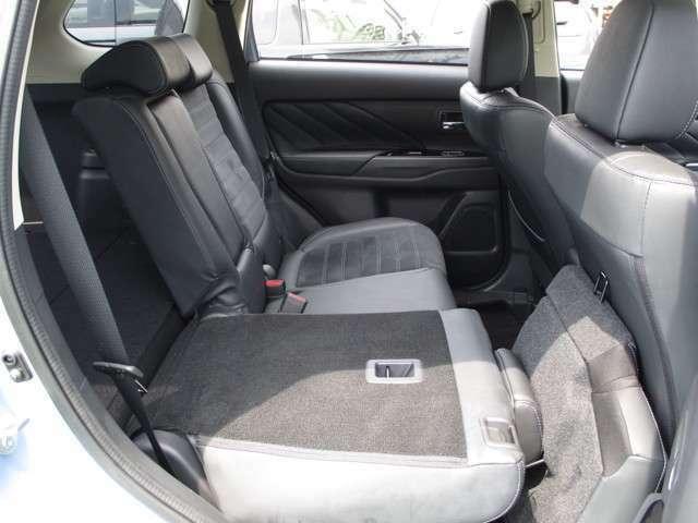 後部座席は、左右独立して、倒すことができます。後部座席を倒すとラゲッジルームとほぼフラットになります。