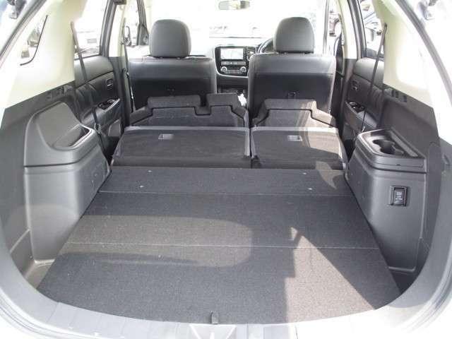 後部座席を倒すと大きなラゲッジスペースを作れます。