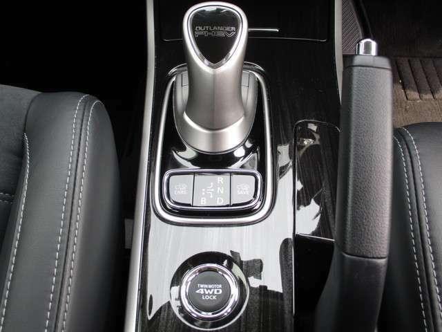 ジョイスティックタイプのセレクターレバー。走行モードの切替も可能です。