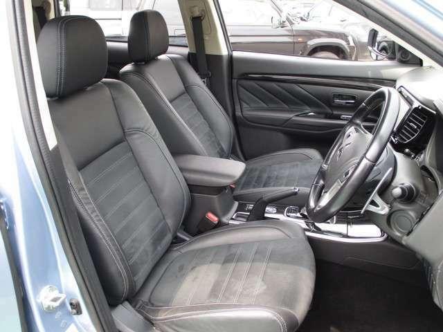 運転席シートはパワーシートです。肘置きもありますよ。