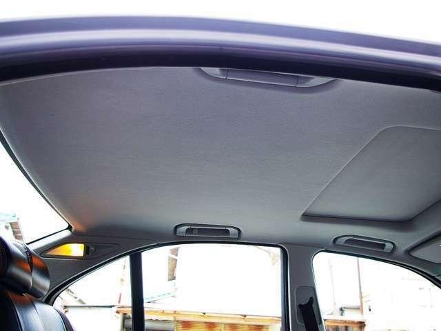 ★電動サンルーフ&チルト装備♪ 天井のたれや汚れもありません。 禁煙車ですので嫌な臭いも一切なく、清潔感あるインテリアです♪