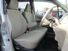 フロントシートです。体をしっかりホールドしてくれるので、疲れにくいです。